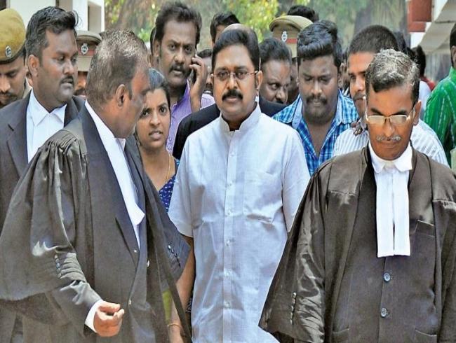 Delhi police serve TTV Dhinakaran summons
