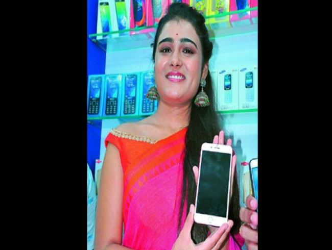 Arjun Reddy fame Shalini Pandey falls unconscious