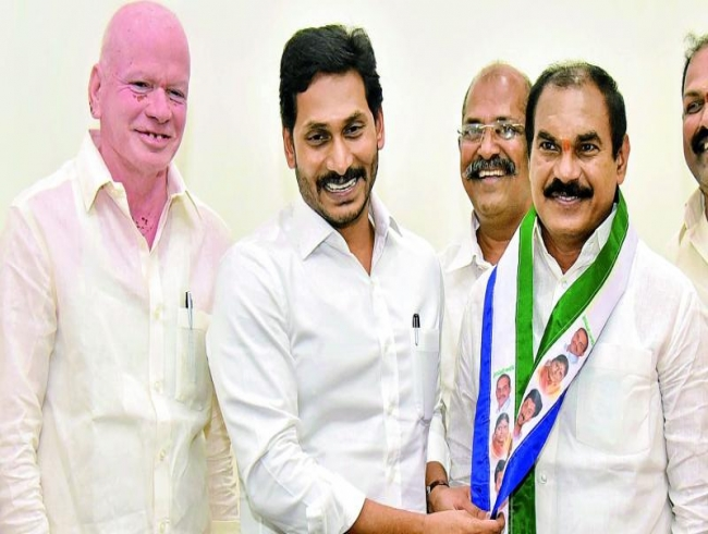 Thota Trimurthulu joins YSRC, blow to Telugu Desam
