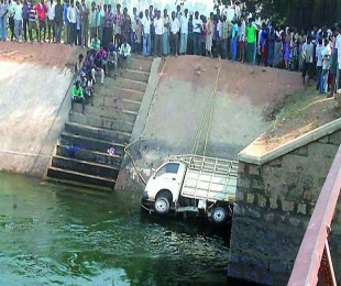 3 killed as van plunges into canal