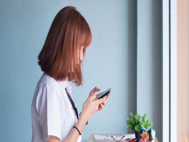Leaning forward during phone use may cause 'text neck'
