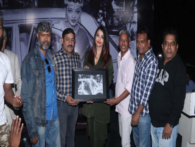 Aishwarya's camaraderie with the paps